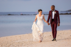 Dedans-Photography-_-Lovely-couple-walking-on-the-beach